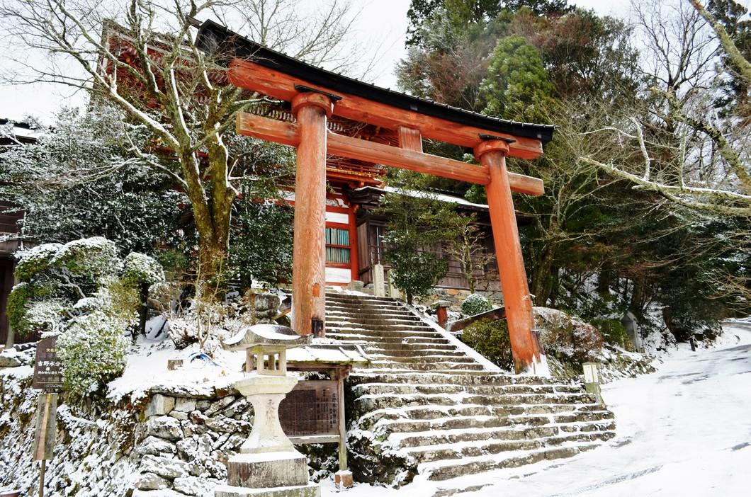 雪の吉野水分神社鳥居