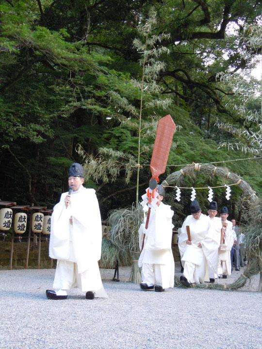神剣渡御祭(でんでん祭)と夏越の祓(茅の輪くぐり神事)