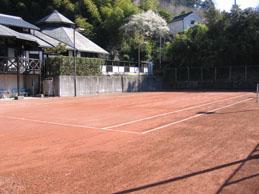 足にやさしいアンツーカーのテニスコート