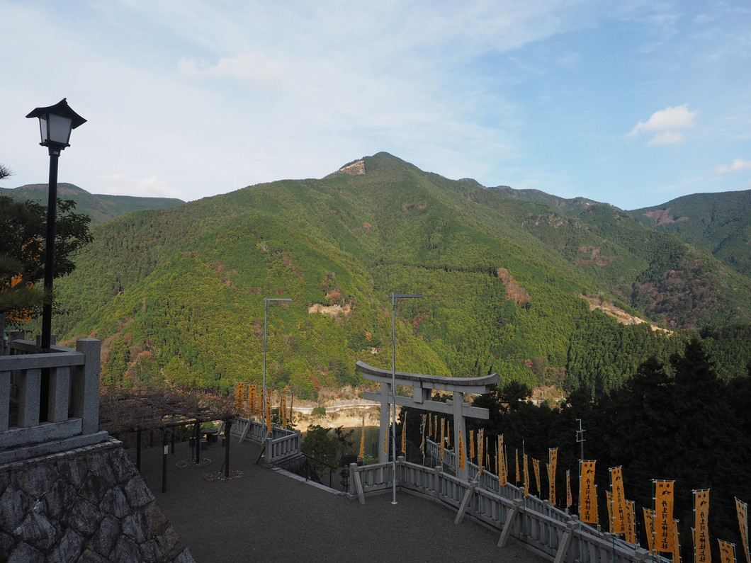 丹生川上神社上社より白屋岳を望む