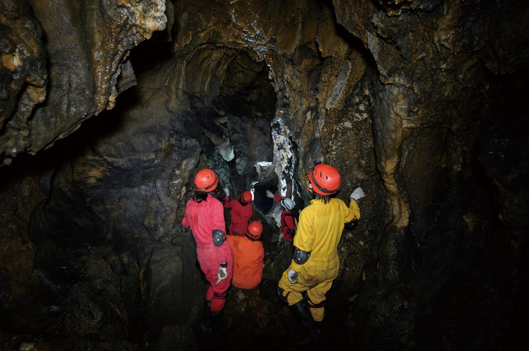 自然の洞窟を探検!川上村でケイビング体験