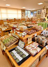 地元の食材を使った加工品がずらり。