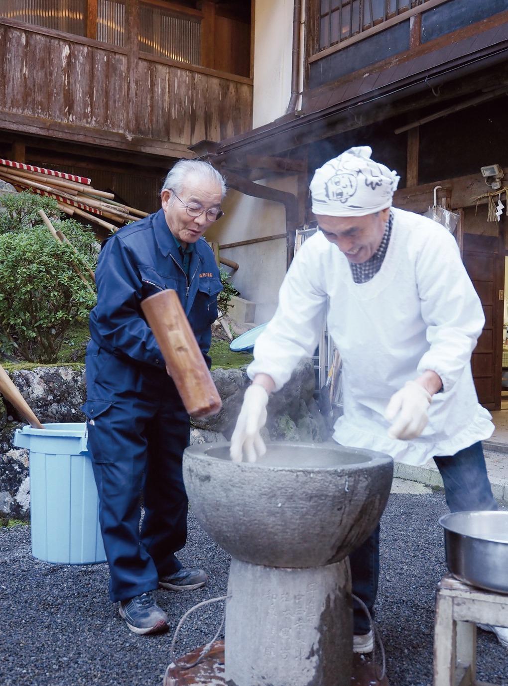 山里の恵み 川上村 烏川神社でとち餅づくり体験
