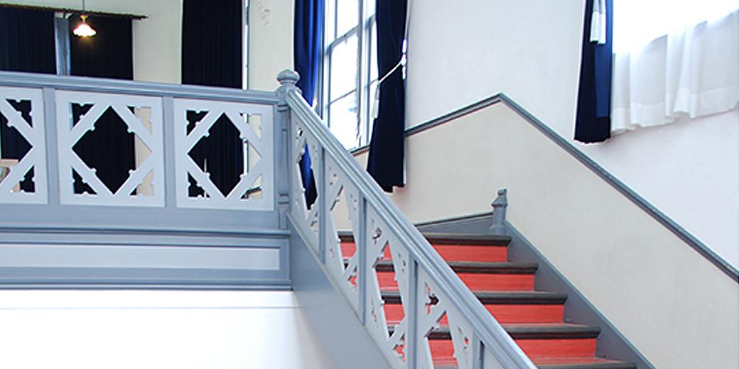 意匠が可愛い明治時代のレトロな階段