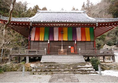 本堂には弘法大師(空海)と堅恵が祀られている