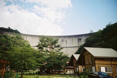 池原ダム湖の堰堤(110m)真下に建設されたキャンプ場です。