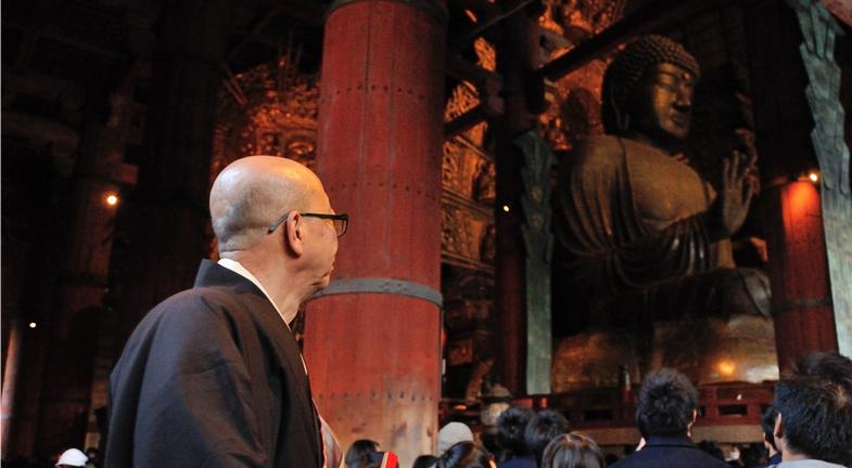 ―大仏殿はしかし、創建から二度にわたり焼失の憂き目に遭います。復興を担うために諸国を巡って寄付を集める造営勧進には鎌倉時代に重源(ちょうげん)上人、江戸時代には公慶(こうけい)上人がそれぞれ当たられました。