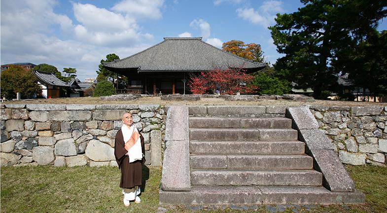 ―叡尊上人の精神は今も息づいているのでしょうね。境内には、散策する紳士やスケッチを楽しむご婦人の姿もあり、庶民に開かれたお寺だなと感じます。大矢長老は、現代の人々にお寺はどういった役割を果たせるとお考えですか。