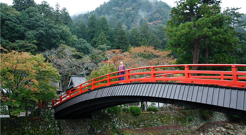 ―室生寺に対する見方が深まるお話ですね。ところで2014年夏、仙台市博物館で東日本大震災からの復興を祈念した特別展「奈良・国宝 室生寺の仏たち」が開かれました。網代座主は福島市のご出身ですが、「祈りの塔」の前で法要を行った際、何を思われましたか?