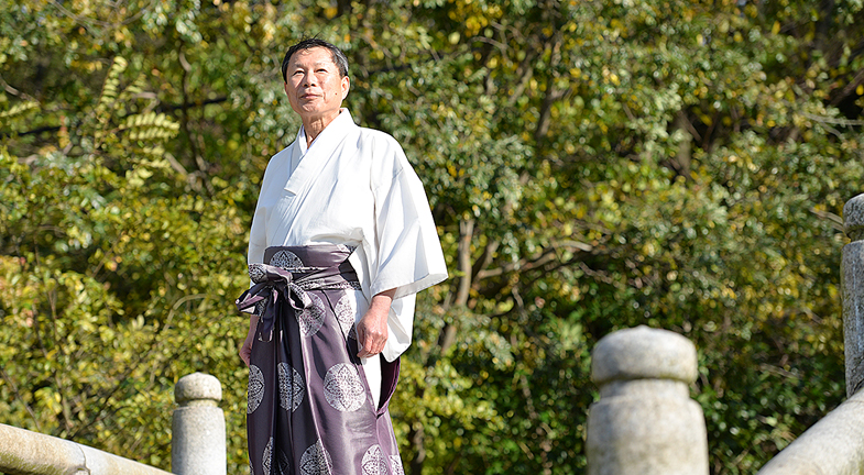 ―奈良の川の合流点にあり、人々が祈りを捧げてきたこのお社に立つと、水の力と清浄な気が感じられるようです。