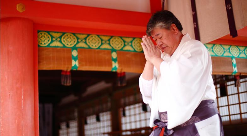 ―藤原氏の氏神・氏寺として、春日大社は奈良、平安時代を通じ、興福寺と一体となって祭祀を行ってきました。今も正月2日、春日大社の日供始式(にっくはじめしき)には、興福寺の僧侶が参拝してお経をあげています。