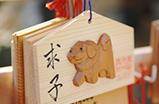 木彫りの戌が可愛らしい絵馬