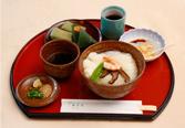 冷やしそうめん(またはにゅうめん)に柿の葉寿司、吉野葛の葛餅が付く「万葉」1290円