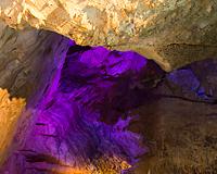 鍾乳洞の神秘的なフォルムにうっとり。