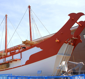 平城京歴史館の前には当時、東アジアの文化を持ち帰った遣唐使船の復原展示が