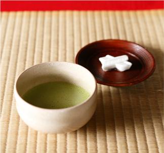片桐家の家紋をかたどった菓子と抹茶