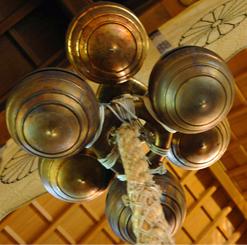 古来より伝わる神器・五十鈴(いすず)を組み合わせた拝殿の鈴(写真/EditZ)