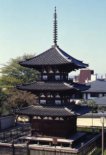 高さ19.1m。東の須弥壇に弁才天像と十五童子像を安置(写真/飛鳥園)