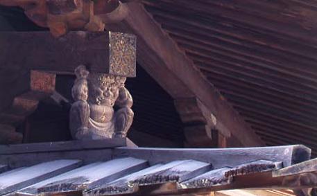 初層の屋根を支える邪鬼(写真/飛鳥園)
