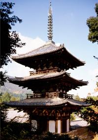 西塔は高さ25.2m。頂部に舎利が納められている(写真/飛鳥園)