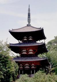 東塔は高さ24.4m。魚骨のようなデザインの水煙が独特(写真/飛鳥園)
