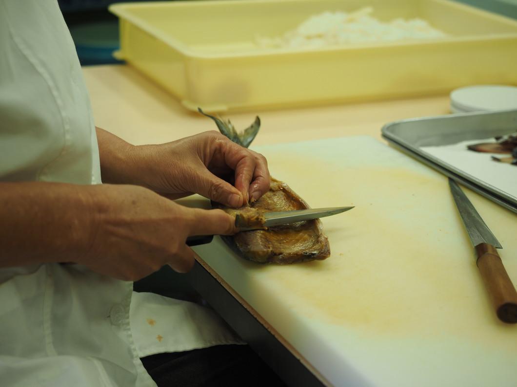 厳選した焼津産の鯖を手梳き