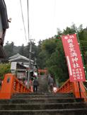朱塗りの橋を渡って 社殿へ